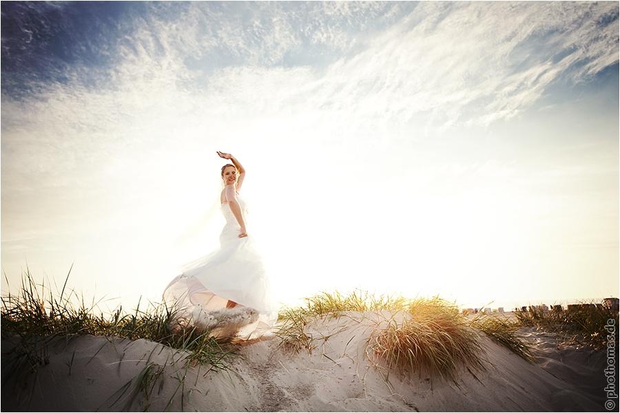 Hochzeitsfotograf Oldenburg: After Wedding Shooting für schöne Hochzeitsportraits am Strand der Nordsee (11)