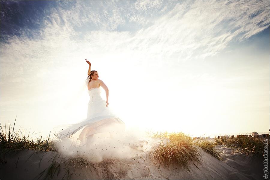 Hochzeitsfotograf Oldenburg: After Wedding Shooting für schöne Hochzeitsportraits am Strand der Nordsee (12)