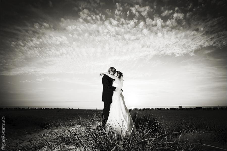 Hochzeitsfotograf Oldenburg: After Wedding Shooting für schöne Hochzeitsportraits am Strand der Nordsee (14)