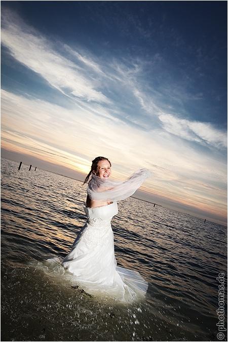 Hochzeitsfotograf Oldenburg: After Wedding Shooting für schöne Hochzeitsportraits am Strand der Nordsee (22)