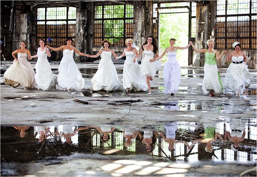 Hochzeitsfotograf Fulda: Trash the Dress mit mehreren Bräuten im Schwimmbad (1)