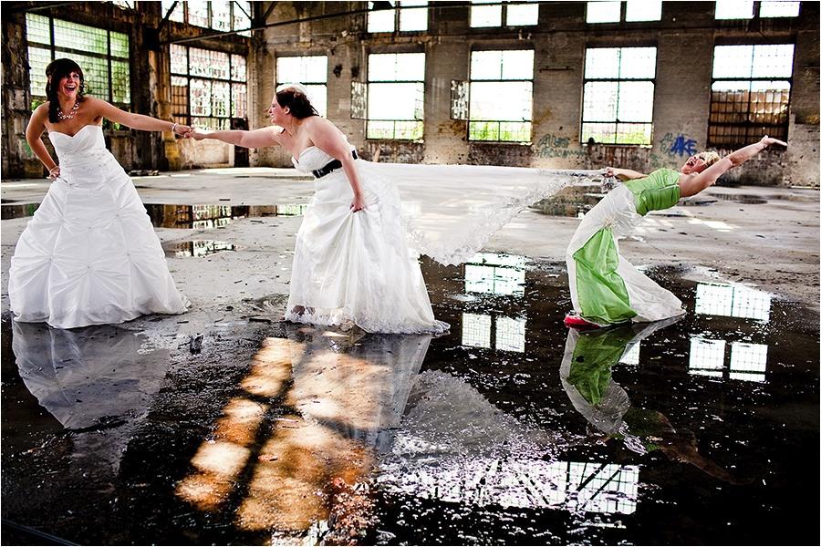 Hochzeitsfotograf Fulda: Trash the Dress mit mehreren Bräuten im Schwimmbad (2)