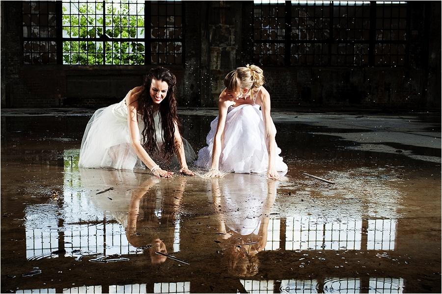 Hochzeitsfotograf Fulda: Trash the Dress mit mehreren Bräuten im Schwimmbad (5)