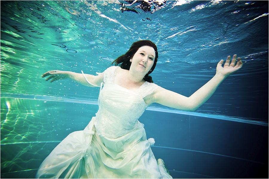 Hochzeitsfotograf Fulda: Trash the Dress mit mehreren Bräuten im Schwimmbad (14)