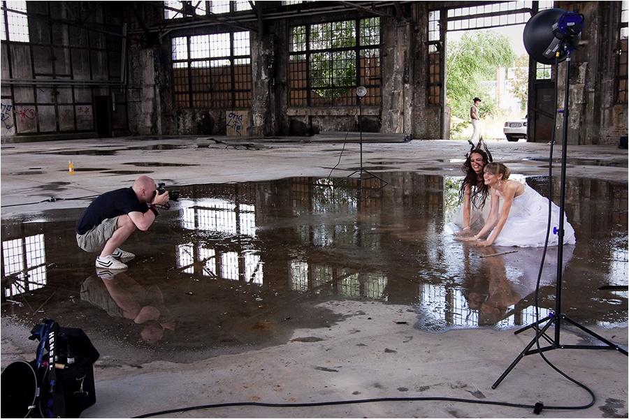 Hochzeitsfotograf Fulda: Trash the Dress mit mehreren Bräuten im Schwimmbad (16)