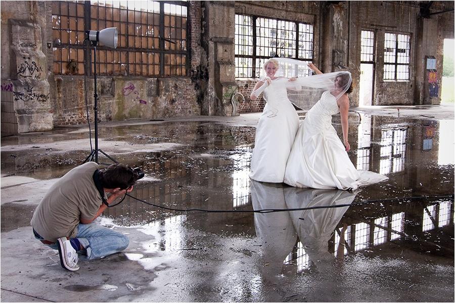 Hochzeitsfotograf Fulda: Trash the Dress mit mehreren Bräuten im Schwimmbad (17)