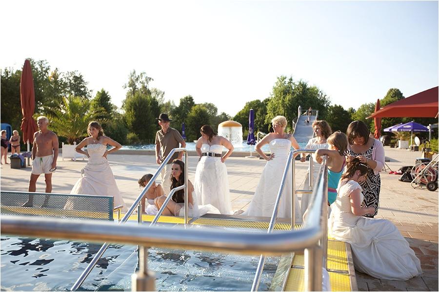 Hochzeitsfotograf Fulda: Trash the Dress mit mehreren Bräuten im Schwimmbad (19)