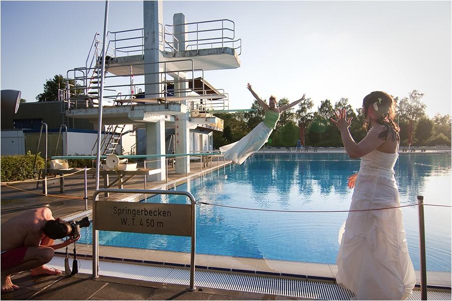 Hochzeitsfotograf Fulda: Trash the Dress mit mehreren Bräuten im Schwimmbad (20)