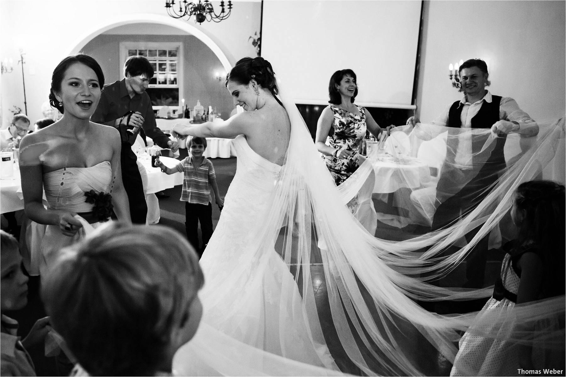 Hochzeitsfotograf Oldenburg: Russische Hochzeit im Standesamt am Pferdemarkt und Hochzeitsfeier im Landhaus Etzhorn (28)
