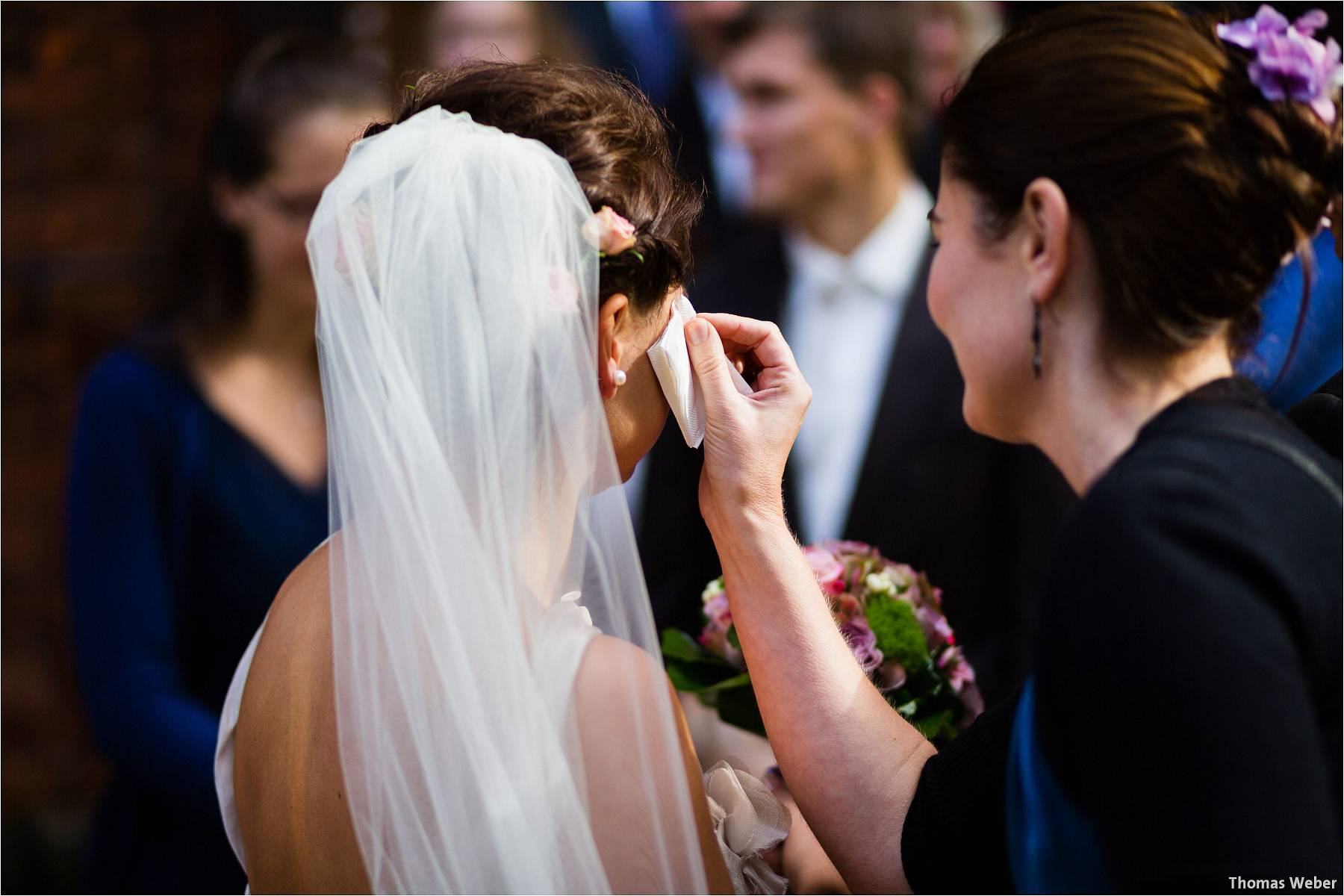 Hochzeitsfotograf Bremen: Kirchliche Trauung in der Propsteikirche St. Johann im Bremer Schnoor und Hochzeitsfeier bei Rogge Dünsen (16)