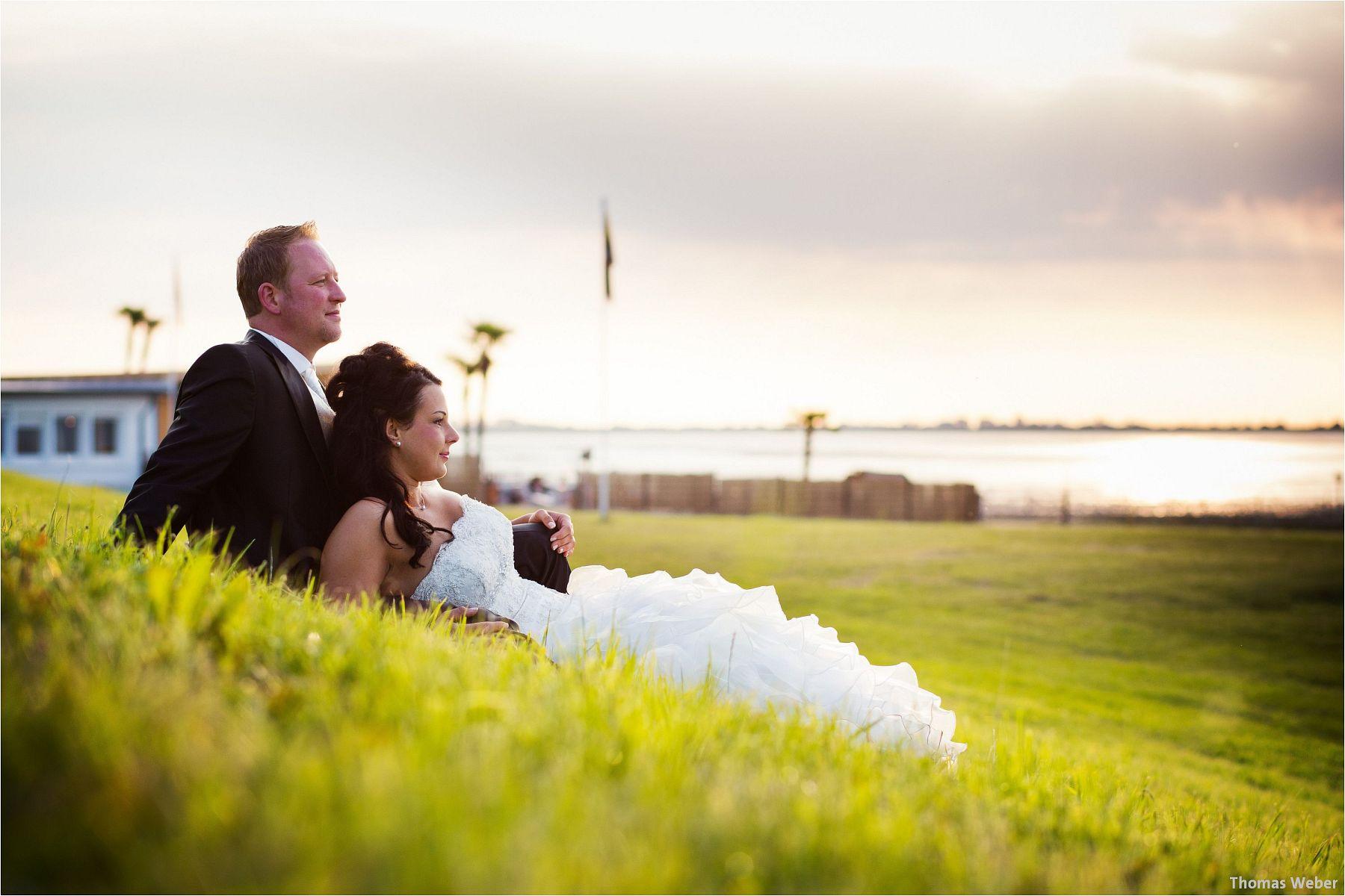 Hochzeitsfotograf Oldenburg: Hochzeitsportraits bei einem After Wedding Shooting am Nordsee-Strand von Dangast/Varel bei Sonnenuntergang (9)