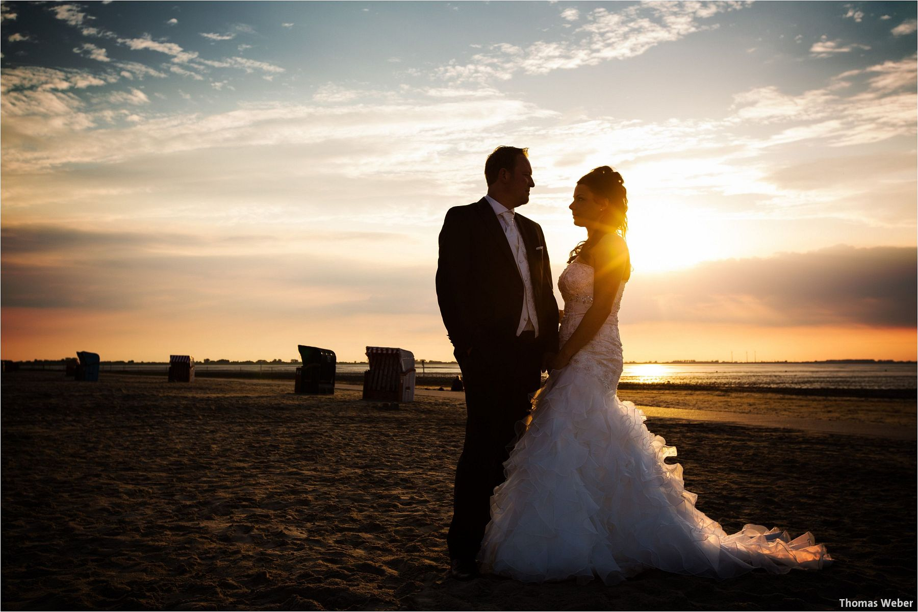 Hochzeitsfotograf Oldenburg: Hochzeitsportraits bei einem After Wedding Shooting am Nordsee-Strand von Dangast/Varel bei Sonnenuntergang (10)