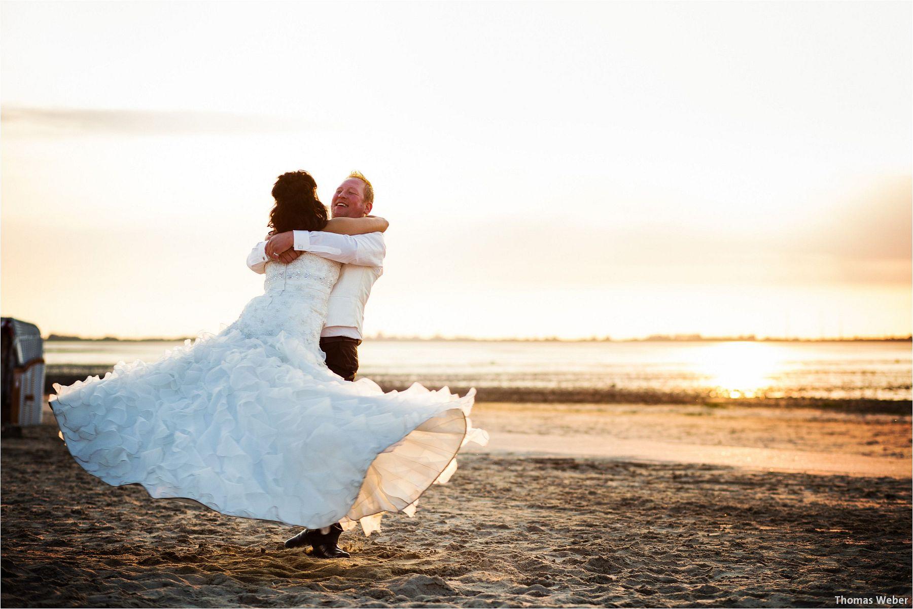 Hochzeitsfotograf Oldenburg: Hochzeitsportraits bei einem After Wedding Shooting am Nordsee-Strand von Dangast/Varel bei Sonnenuntergang (12)
