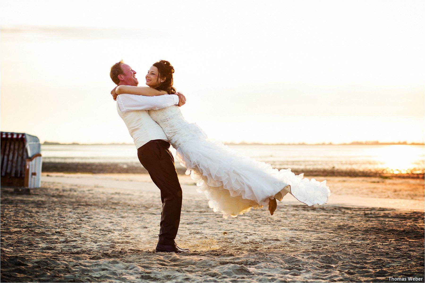 Hochzeitsfotograf Oldenburg: Hochzeitsportraits bei einem After Wedding Shooting am Nordsee-Strand von Dangast/Varel bei Sonnenuntergang (13)