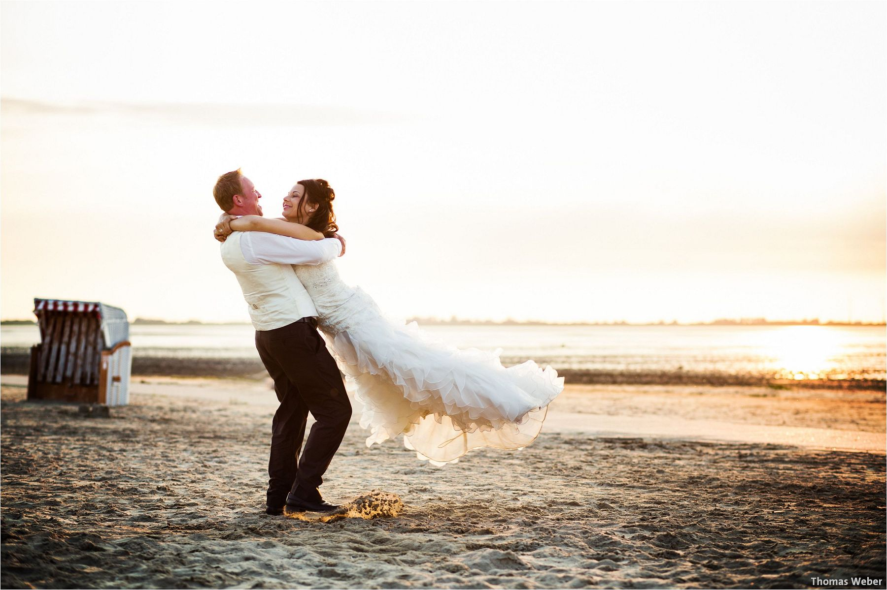 Hochzeitsfotograf Oldenburg: Hochzeitsportraits bei einem After Wedding Shooting am Nordsee-Strand von Dangast/Varel bei Sonnenuntergang (14)