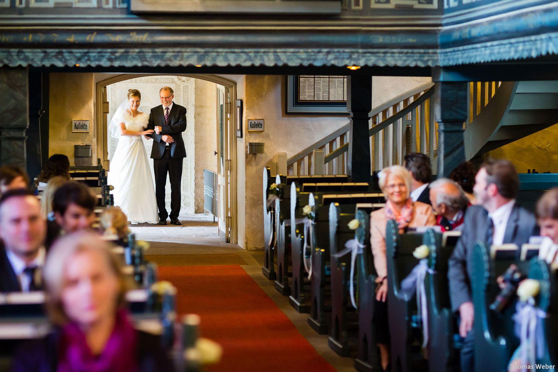 Hochzeitsfotograf Rastede: Kirchliche Trauung in der St. Ulrichs Kirche Rastede und Hochzeitsfeier in der Eventscheune St Georg Rastede mit dem Catering von Michael Niebuhr aus Oldenburg (15)
