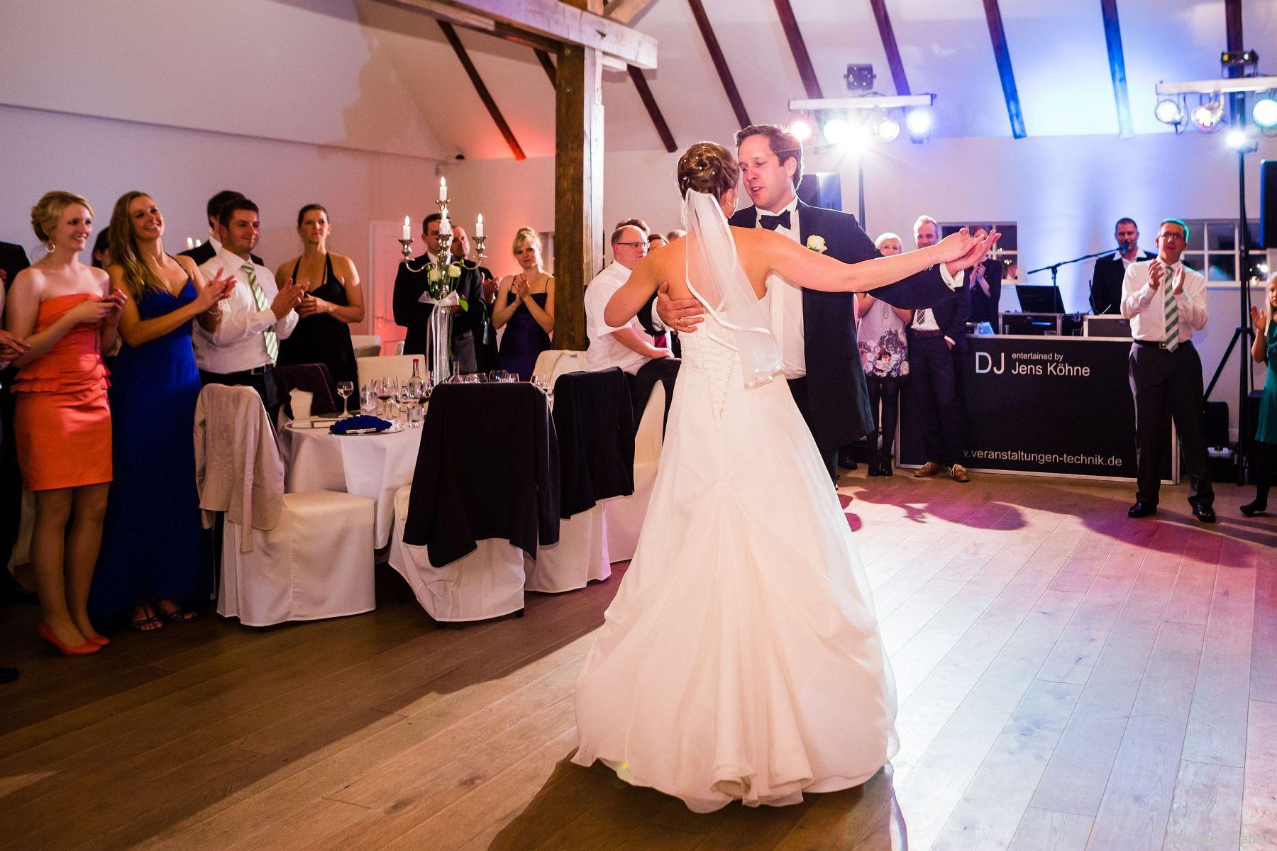 Hochzeitsfotograf Rastede: Kirchliche Trauung in der St. Ulrichs Kirche Rastede und Hochzeitsfeier in der Eventscheune St Georg Rastede mit dem Catering von Michael Niebuhr aus Oldenburg (50)