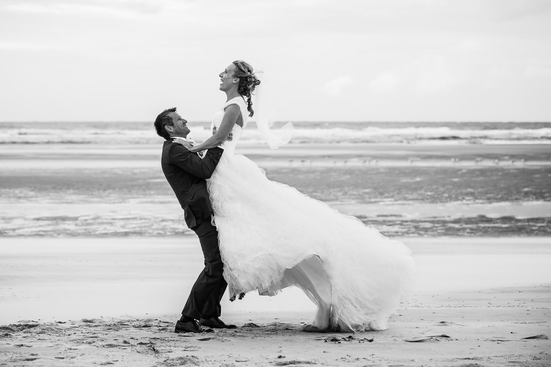 Hochzeitsfotograf auf Wangerooge, Hochzeitsfotos mit Brautkleid am Strand, Hochzeitsfotograf Thomas Weber aus Oldenburg