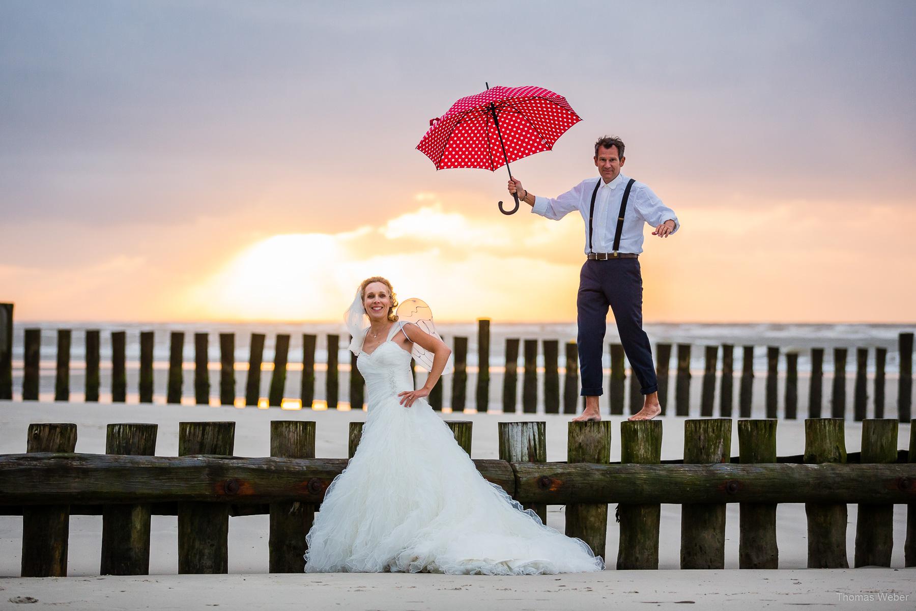 Hochzeitsfotograf auf Wangerooge, moderne Hochzeitsfotos mit Hochzeitskleid am Strand bei Sonnenuntergang, Hochzeitsfotograf Thomas Weber aus Oldenburg