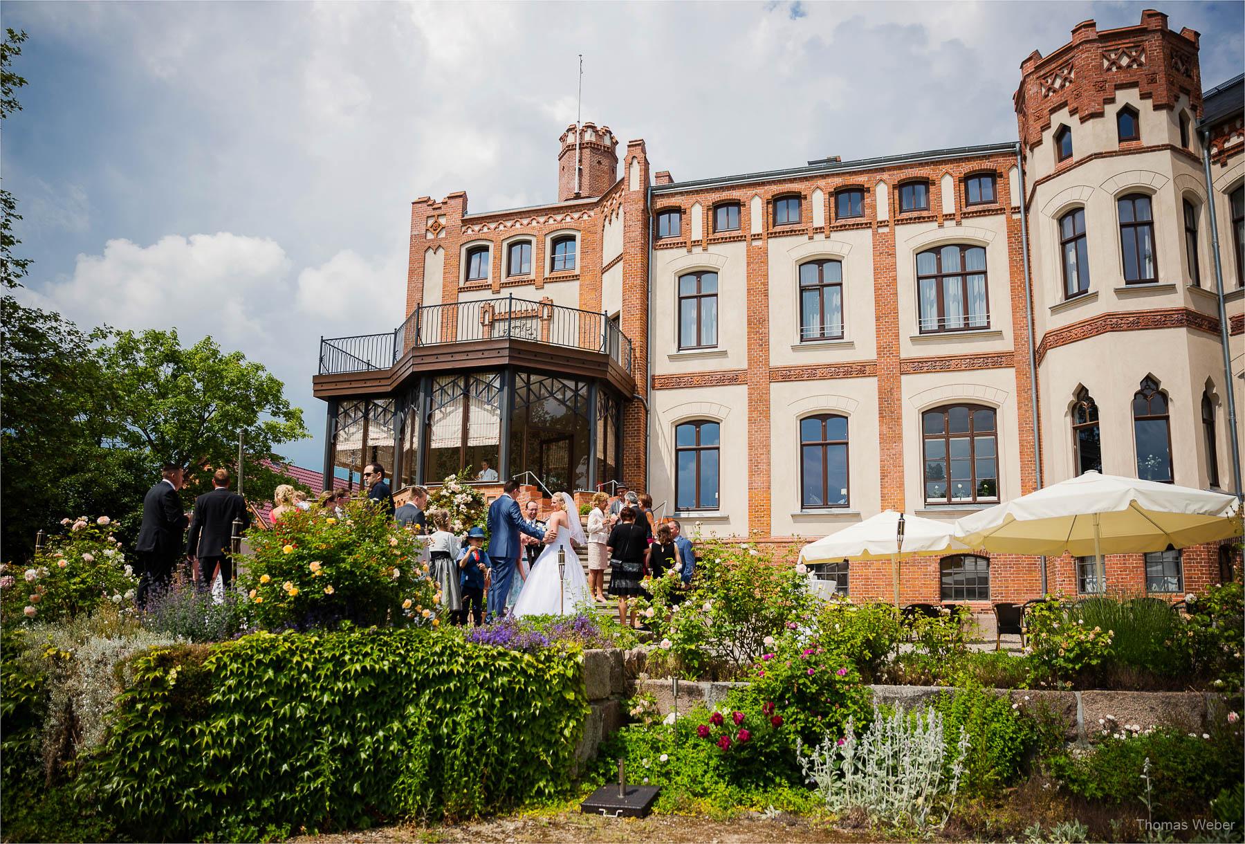 Hochzeitsfotograf bei einer Hochzeit auf Schloss Gamehl an der Ostsee: Gratulationen und Spiele der Hochzeitsgäste