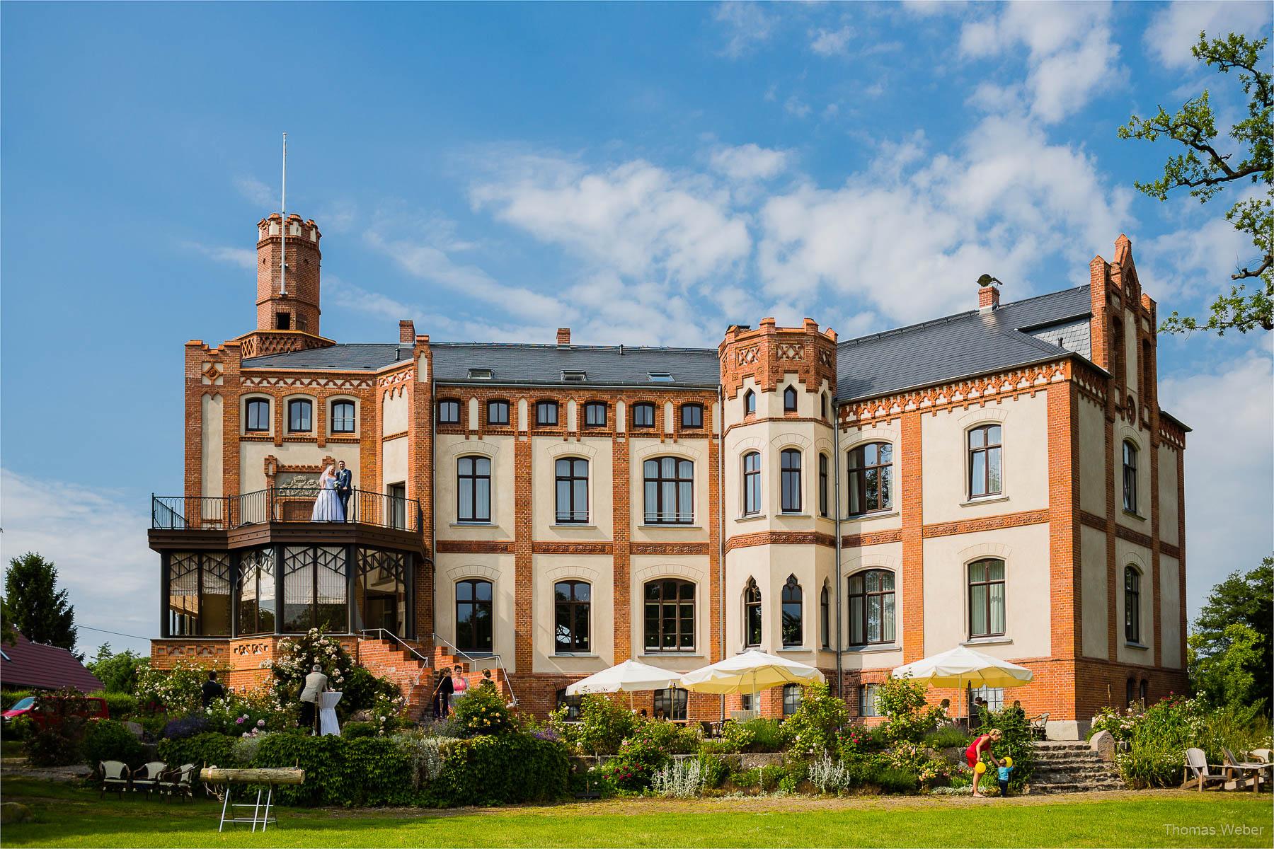 Hochzeitsfotograf bei einer Hochzeit auf Schloss Gamehl an der Ostsee: Hochzeitstorte und Hochzeitsfotos