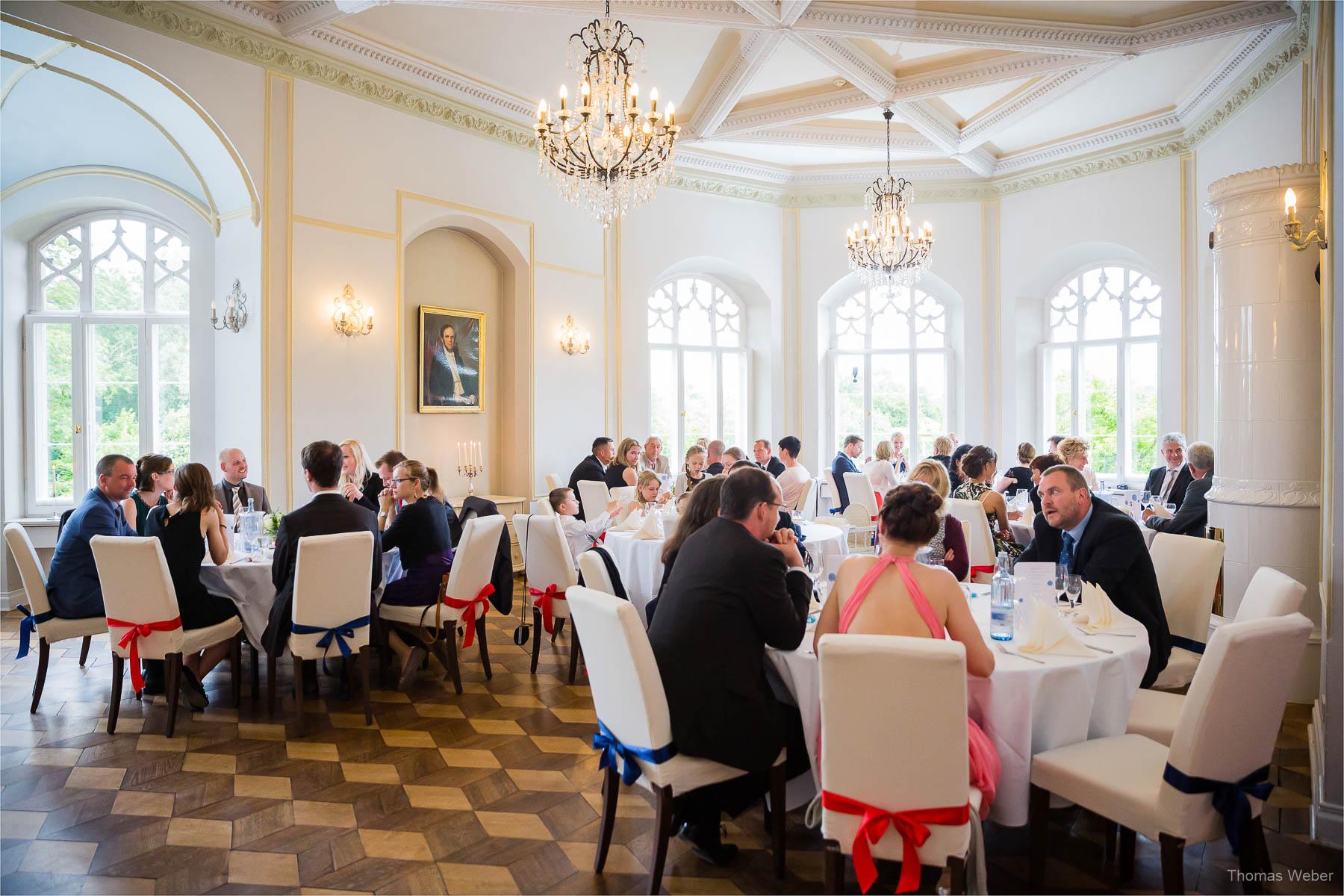 Hochzeitsfotograf bei einer Hochzeit auf Schloss Gamehl an der Ostsee: Hochzeitsessen und Hochzeitsfeier