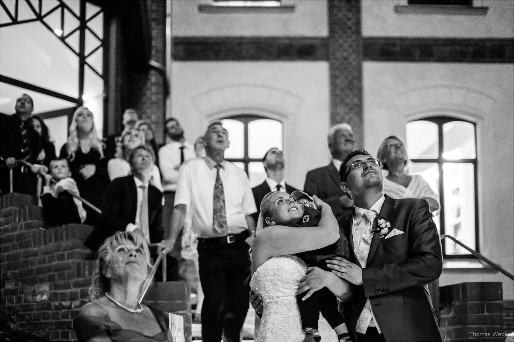 Hochzeitsfotograf bei einer Hochzeit auf Schloss Gamehl an der Ostsee: Feuerwerk zur Hochzeit