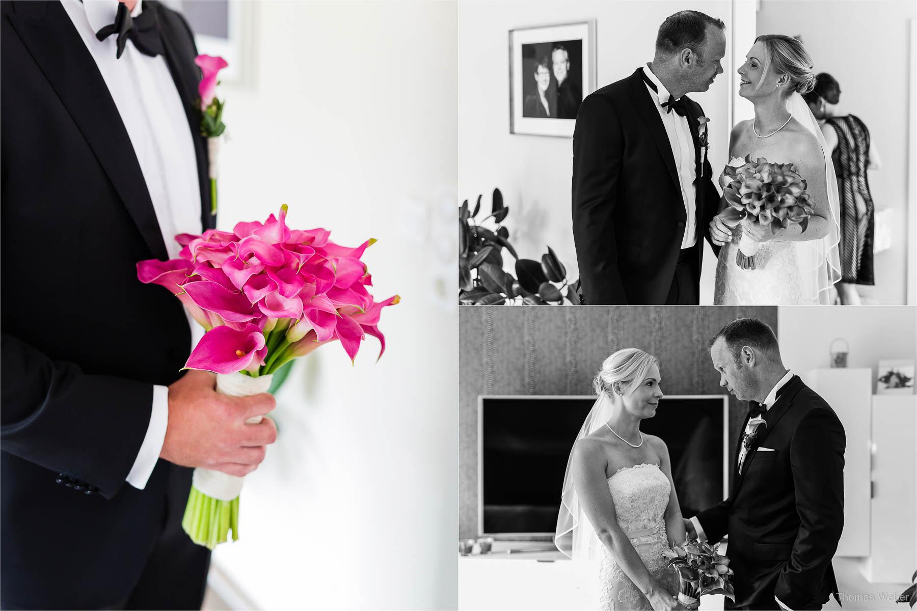 Der Bräutigam holt seine Braut mit dem Hochzeitsauto und Brautstrauß ab, Hochzeitsfotograf Oldenburg Thomas Weber
