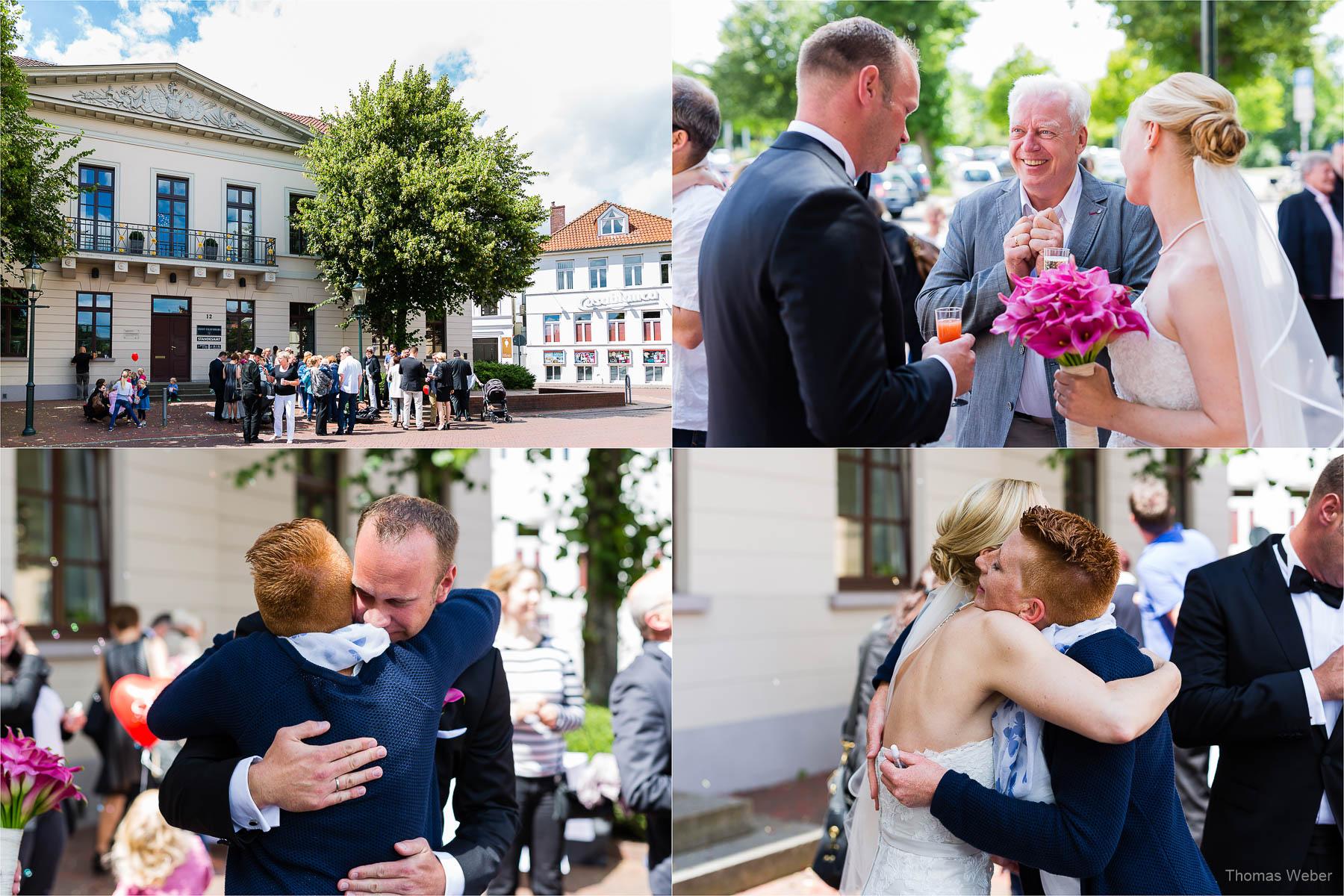 Sektempfang und Gratulation der Hochzeitsgäste vor dem Standesamt am Pferdemarkt in Oldenburg, Hochzeitsfotograf Oldenburg Thomas Weber