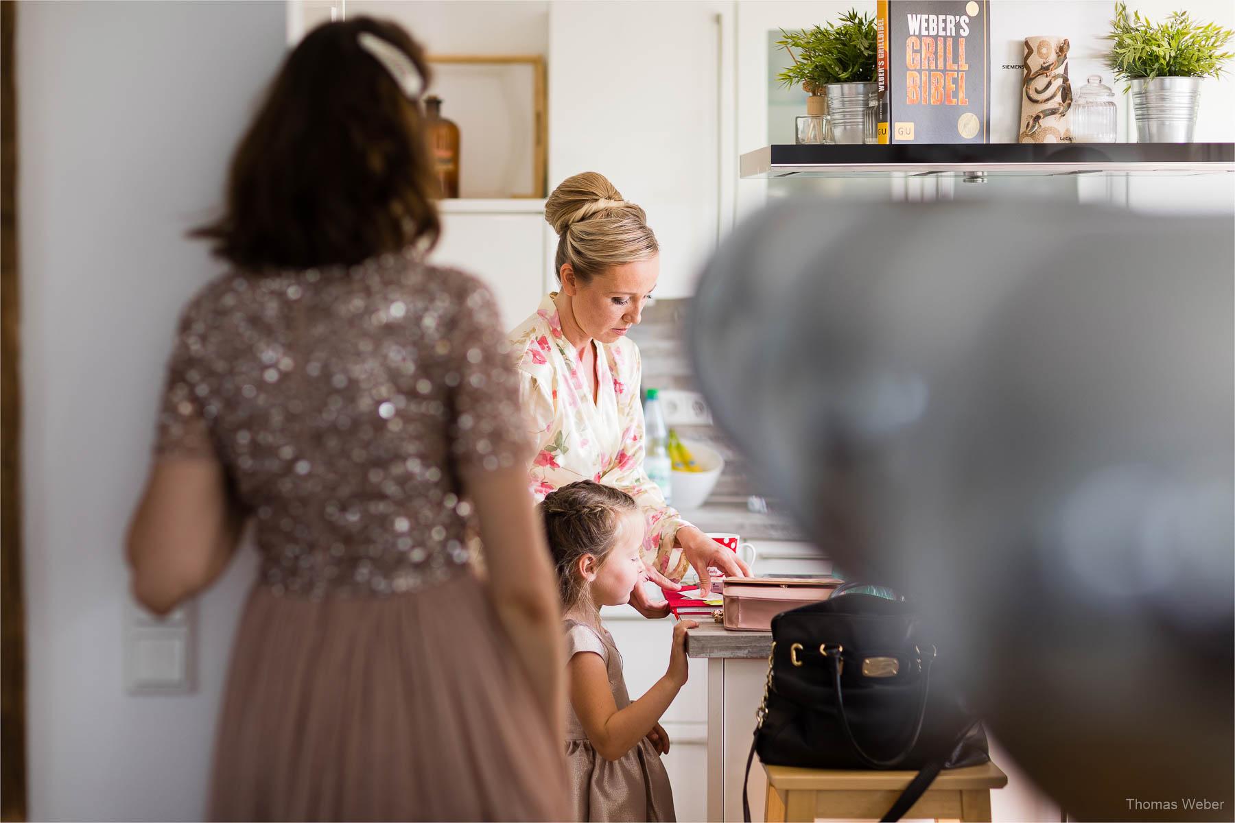 Vorbereitungen und Ankleide der Braut, Kirchliche Hochzeit in Rastede und Hochzeitsfeier in der Scheune St. Georg Rastede, Hochzeitsfotograf Thomas Weber aus Oldenburg