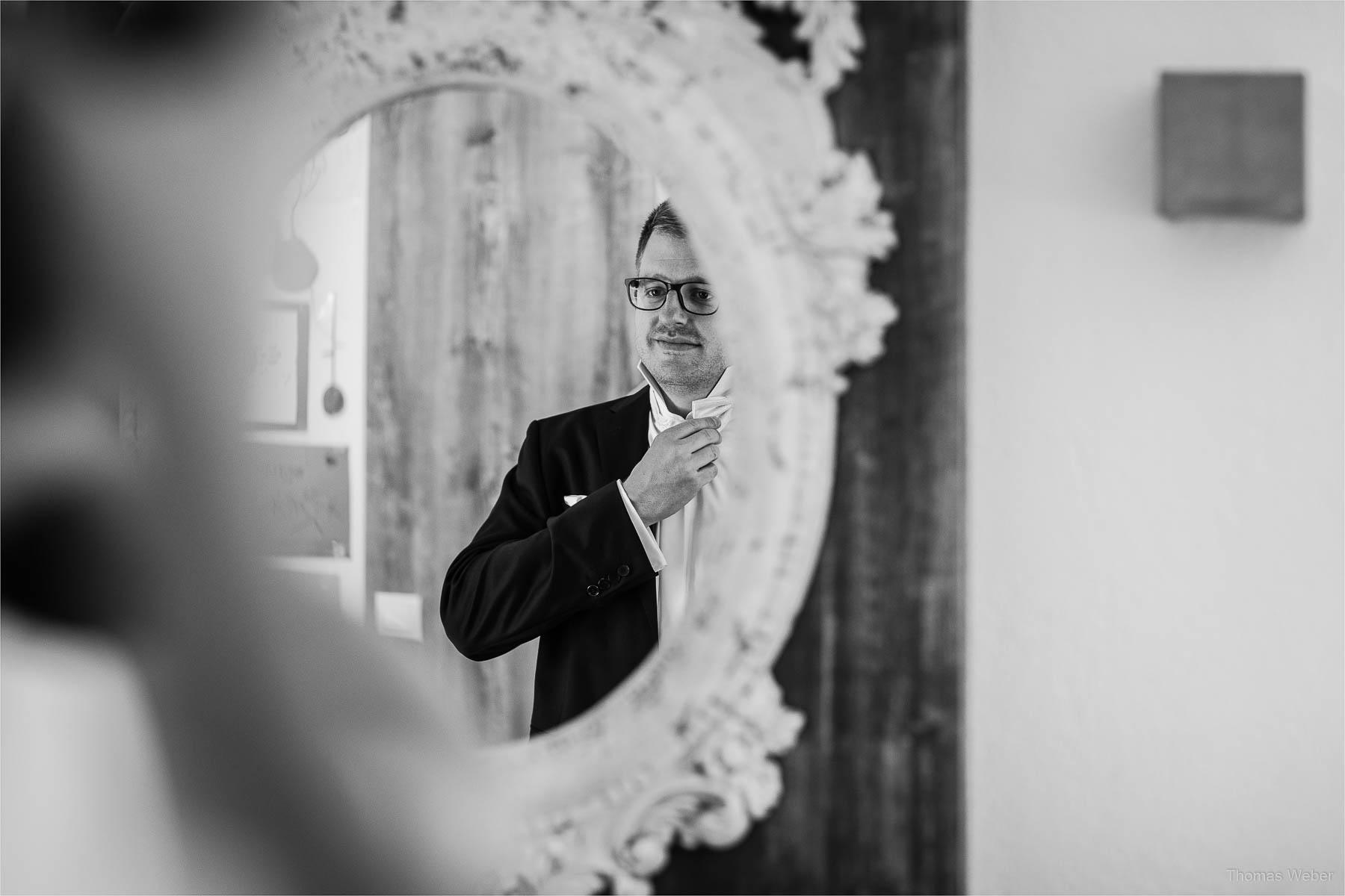 Vorbereitungen und Ankleide des Bräutigams, Kirchliche Hochzeit in Rastede und Hochzeitsfeier in der Scheune St. Georg Rastede, Hochzeitsfotograf Thomas Weber aus Oldenburg