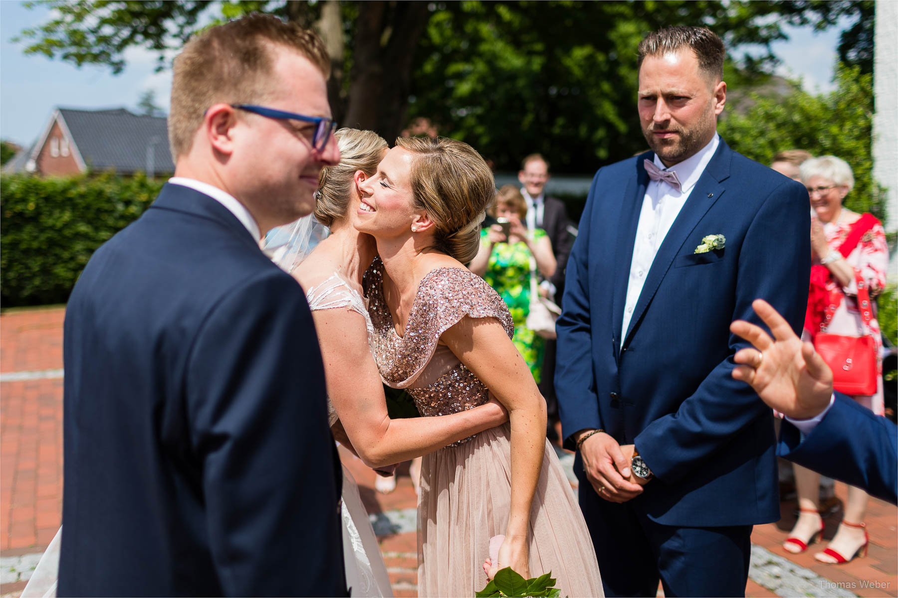 Die Gratulation der Hochzeitsgäste, Kirchliche Hochzeit in Rastede und Hochzeitsfeier in der Scheune St. Georg Rastede, Hochzeitsfotograf Thomas Weber aus Oldenburg