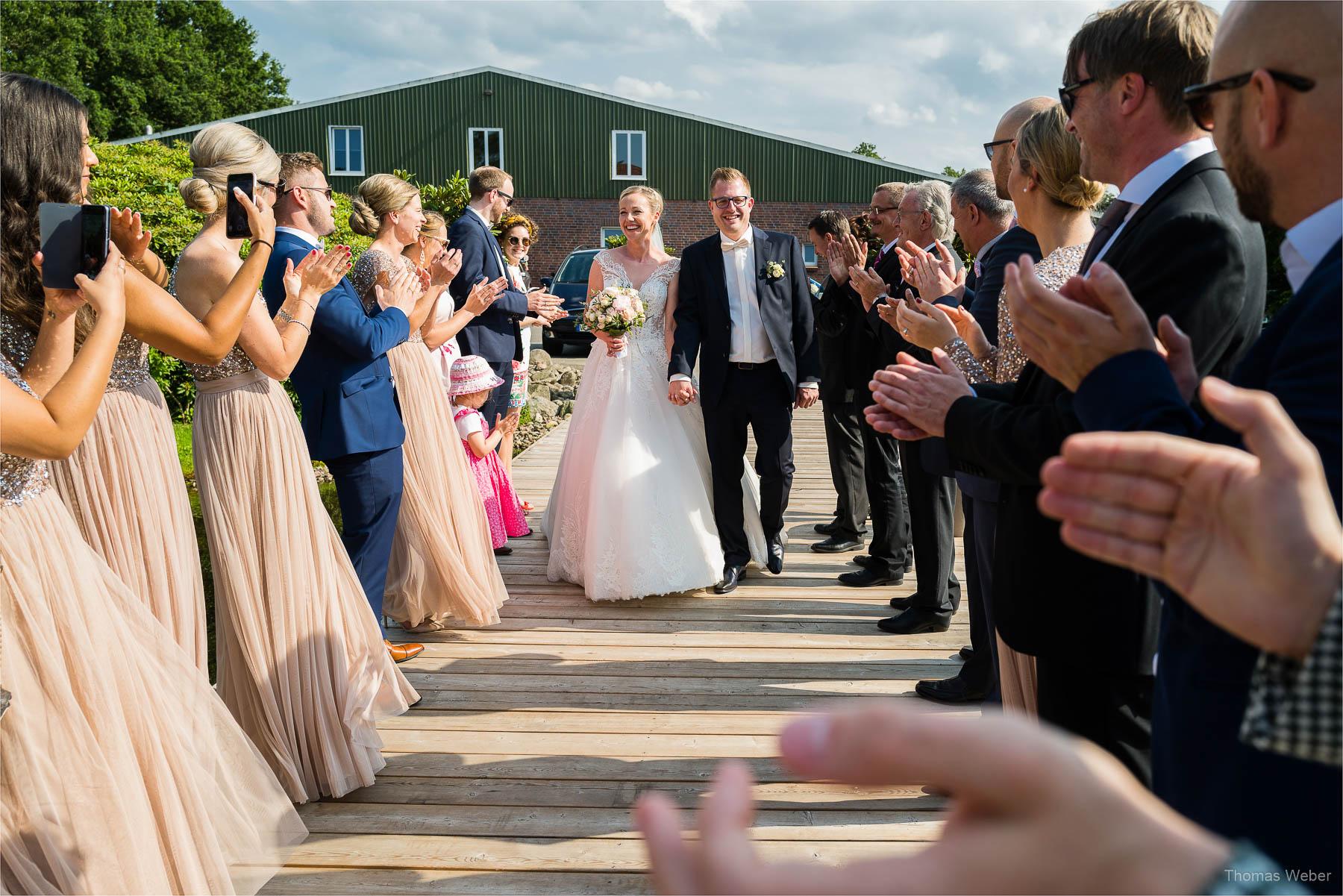 Gratulation der Hochzeitsgäste vor der Hochzeitsfeier, Kirchliche Hochzeit in Rastede und Hochzeitsfeier in der Scheune St. Georg Rastede, Hochzeitsfotograf Thomas Weber aus Oldenburg